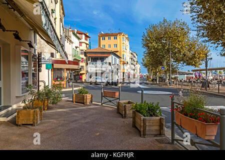 Golfe-Juan, Frankreich - November 03, 2017: Tagesansicht des Quai Tabarly mit Touristen im Cafe in der Nebensaison - Stockfoto
