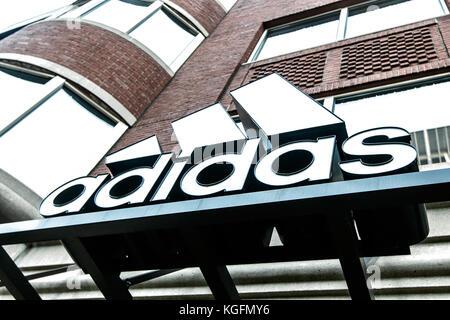 Adidas-Logo über dem Eingang einer Ihrer Filialen in Boston. - Stockfoto