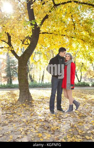 romantische junge Brautpaar Zeit im Freien verbringen, im Herbst park - Stockfoto