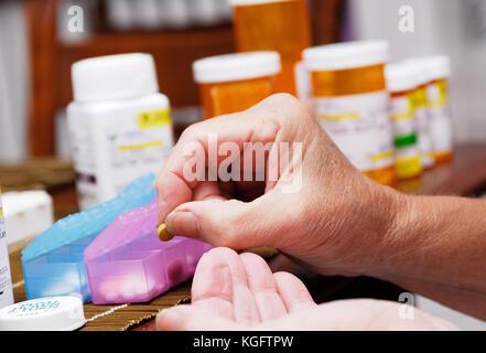 Ältere Frau, die Medizin und die Organisation von Pille box - Stockfoto