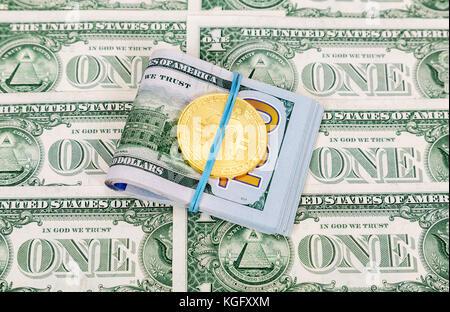 Golden bitcoin Lügen über amerikanische Dollarscheine. Business Konzept - Stockfoto
