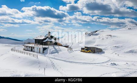 Berghütte winter Szene, Wanderwege und Pfade der Wanderer auf dem Schnee - Stockfoto