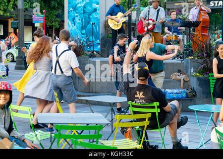 Junge Menschen an einer im Tanz Ausstellung in Seattle, Washington jitterbugging. - Stockfoto