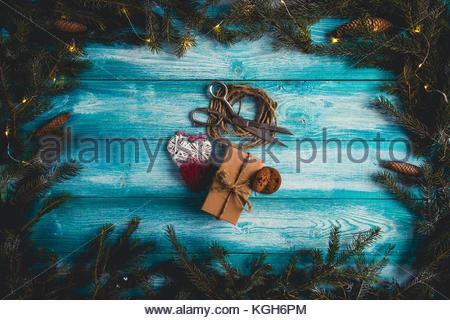 Konzept der Weihnachtsartikel auf Blau Weihnachten Tabelle. - Stockfoto