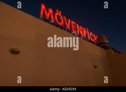 Nahaufnahme von roten Leuchten Neon Licht in der Nacht, Mövenpick Hotel, Wadi Musa, Petra, Jordanien, Naher Osten - Stockfoto