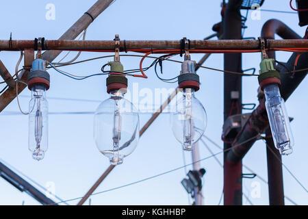 Alte Glühbirnen hängen aus der Pole, befindet sich auf der Great Ocean Road, Victoria - Stockfoto