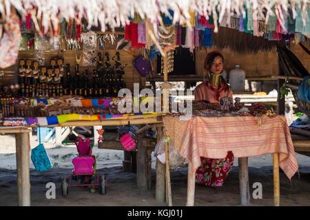 CHIANG RAI, THAILAND - 4. NOVEMBER 2017: Unbekannter lange Hals Karen Hill Tribe Frau Verkauf von Volkskunst waren - Stockfoto