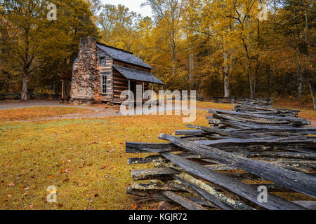 Gatlinburg, TN-Okt 8: Herbst am John Oliver Kabine in Cades Cove in der Great Smoky Mountains National Park, Tennessee - Stockfoto