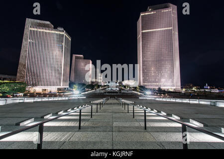 Nacht auf dem Empire State Plaza in Richtung New York State Capitol in Albany, New York - Stockfoto