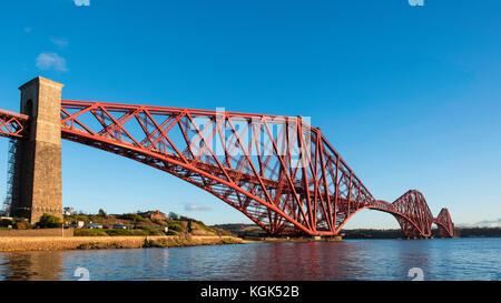 Blick auf die berühmte Forth Rail Bridge überspannt die Firth-of-Forth zwischen Fife und West Lothian, Schottland, - Stockfoto