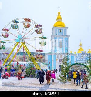 Kiew, Ukraine - Januar 4, 2017: das St Michael Platz ist voll von Menschen, die Weihnachten feiern, Besuch von karussells - Stockfoto