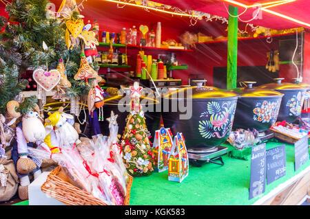 Kiew, Ukraine - Januar 4, 2017: Der Glühwein ist das beliebteste Getränk in der Weihnachtsmarkt am 4. Januar in - Stockfoto