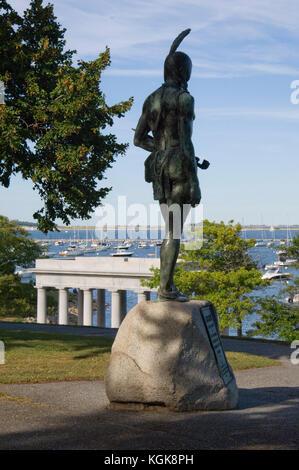 Indische Statue mit Blick auf den Hafen von Plymouth in Massachusetts - Stockfoto