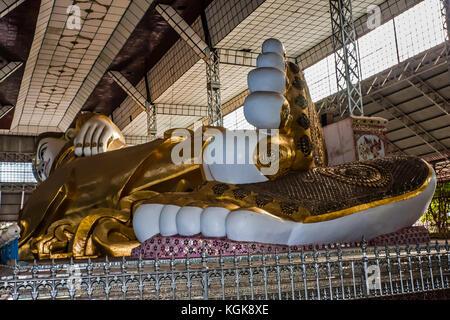 Die Füße der kolossale Statue des Liegenden Buddha in Bago, Myanmar - Stockfoto