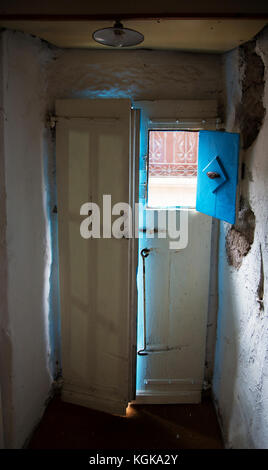 Ein fron Tür offen von innen ein altes Landhaus in der Ortschaft bortigali, Sardinien, Italien - Stockfoto