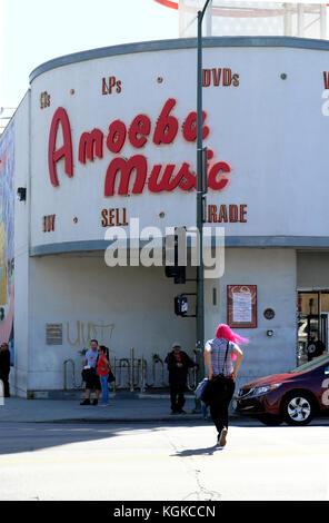 Frau die Kreuzung außerhalb Amöbe Music Records Record Store auf dem Sunset Boulevard in Los Angeles, Kalifornien, - Stockfoto