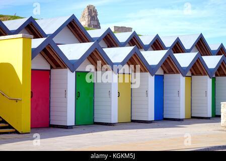 Farbenfrohe, moderne Umkleidekabinen am Strand an der Küste von Dorset England UK Swanage - Stockfoto
