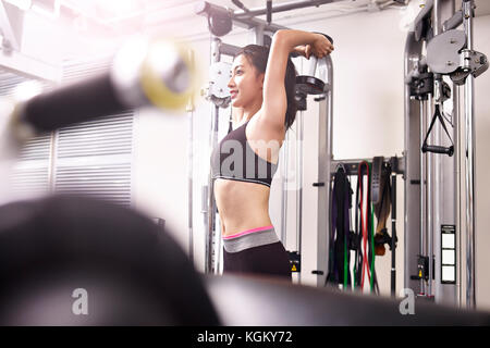 Junge asiatische Frau Sie im Fitnessraum mit Hanteln. - Stockfoto