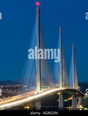 Ansicht der neuen Queensferry crossing Bridge bei Nacht über die Firth-of-Forth zwischen West Lothian und Fife in - Stockfoto