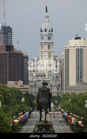 Usa Pennsylvania Philadelphia. In den ersten Platz, das Denkmal von George Washington. Im Hintergrund, das Rathaus. - Stockfoto