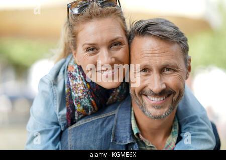 Mann, piggyback Ride zu Frau - Stockfoto