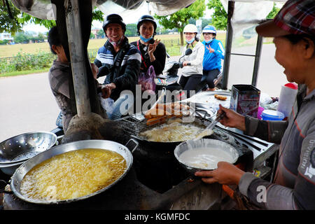 Binh Dinh, Vietnam, Vietnamesisch Frau Street Food Anbieter Geld durch Snack essen auf der Straße verdienen, asiatische - Stockfoto