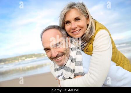 Älterer Mann, piggyback Ride zum Weibe - Stockfoto