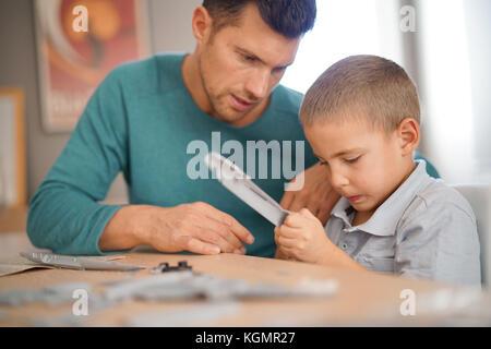 Vater und Sohn bauen Modell zusammen - Stockfoto