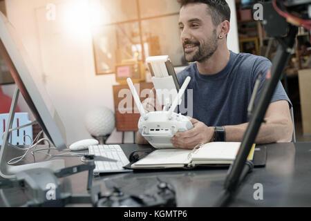 Engineer, der an Drone im Labor - Stockfoto