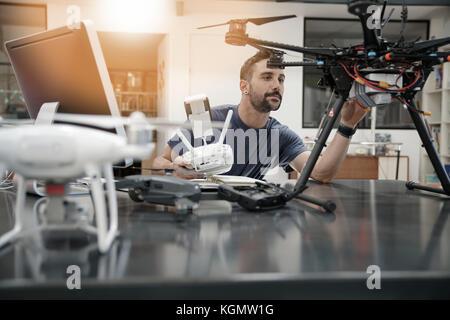 Engineer, der an Drone im Büro - Stockfoto
