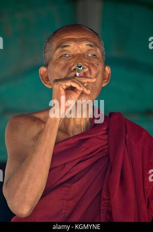 Ältere Mönche, salay Kloster in Bagan, Myanmar, Birma - Stockfoto