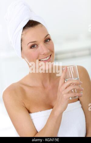 Attraktive Frau in Bad Trinkwasser - Stockfoto