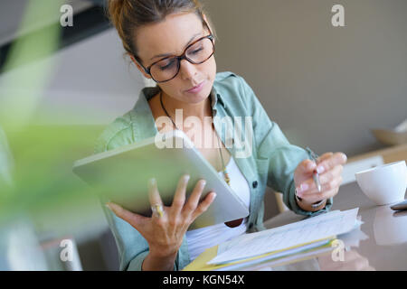 Trendy designer Mädchen zu Hause arbeiten auf digitalen Tablet - Stockfoto