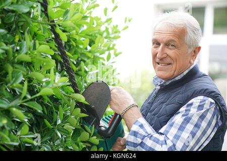 Ältere Menschen mit Heckenschere - Stockfoto