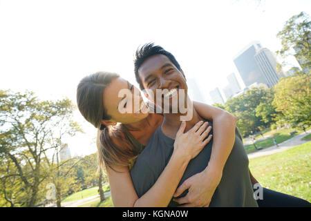 Mann, piggyback Ride zu Frau am Central Park - Stockfoto