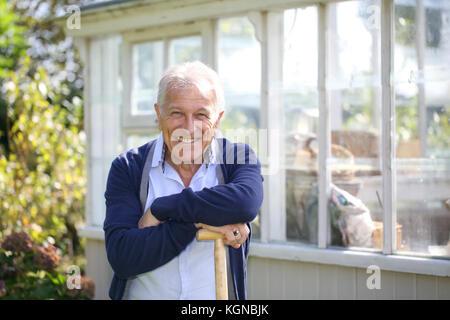 Fröhlicher älterer Mann von Treibhausgasen - Stockfoto