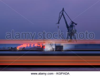 Ein Blick auf den Hafen von Aarhus als Bus rauscht. der Kran ist ein Wahrzeichen für aarhus geworden. - Stockfoto