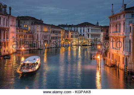 Ich lebe Musik hatte, als ich dieses Foto von der berühmten Accademia Brücke in Venedig. Am Abend, ein paar Musiker - Stockfoto