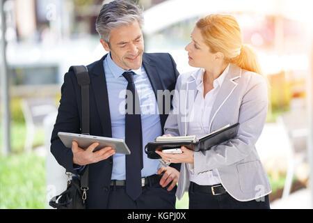 Geschäftspartner treffen außerhalb und Zeitplan Verfügbarkeiten - Stockfoto
