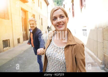 Paar mittleren Alters in der Straße der spanischen Altstadt - Stockfoto