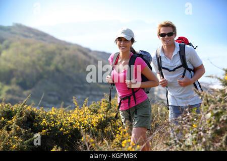 Paar Wanderer im Feld Land am Meer - Stockfoto