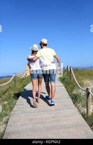Paar Wandern auf Dünen Ponton aus Holz - Stockfoto