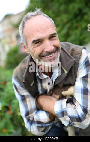 Portrait von Senior Gärtner im Gemüsegarten - Stockfoto