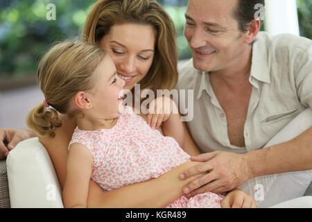 Portrait von Happy Family zusammen lachen - Stockfoto