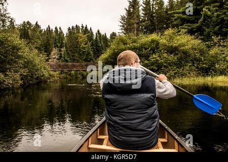 Man Kanu fahren mit dem Kanu auf dem See der beiden Flüsse in den algonquin National Park in Ontario Kanada an einem - Stockfoto