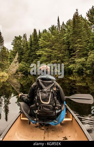 Mädchen Kanu fahren mit dem Kanu auf dem See der beiden Flüsse in den algonquin National Park in Ontario Kanada - Stockfoto