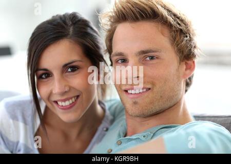 Lächelnde junge Paar entspannende im Sofa zu Hause - Stockfoto