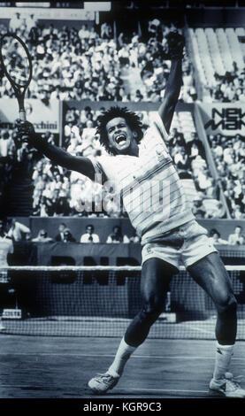 Yannick Noah feiert nach dem Gewinn der French Open 1983 Finale in Roland Garros.