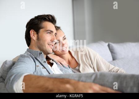 Paar zu Hause entspannen im Sofa - Stockfoto