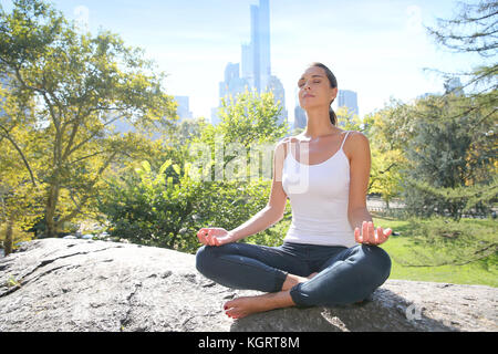 Frau Yoga Übungen im Central Park, NYC - Stockfoto